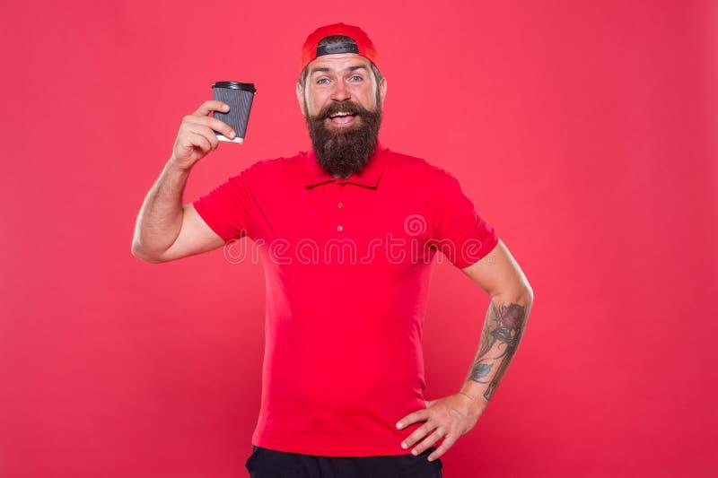 Vrolijke barista De greepdocument van mensen gebaarde hipster rode GLB eenvormige koffiekop Barista adviseert cafeïnedrank stock afbeeldingen