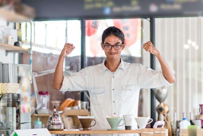 Vrolijke barista in koffiewinkel stock foto