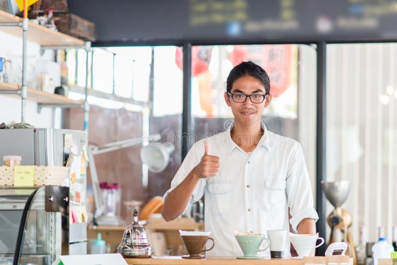Vrolijke barista in koffiewinkel stock foto's