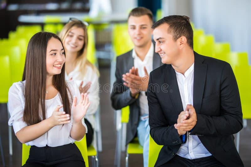 Vrolijke bedrijfsmensen die in een vergadering toejuichen Bedrijfs concept royalty-vrije stock foto's