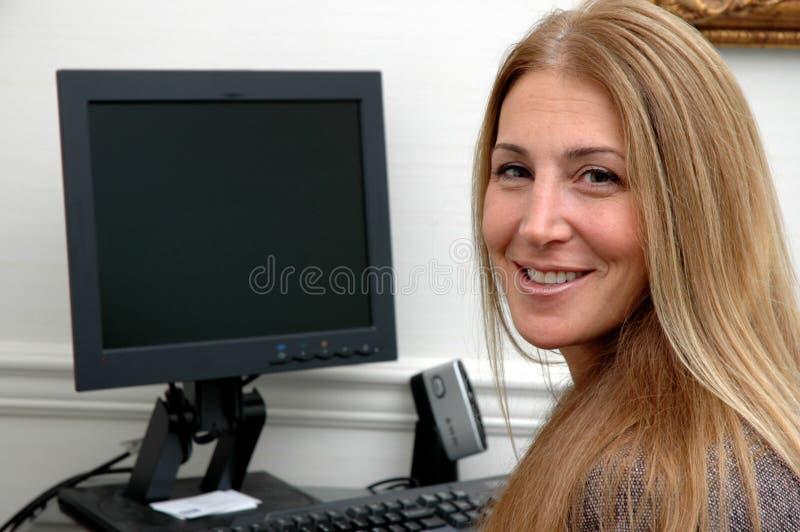 Vrolijke bedrijfsvrouw in bureau royalty-vrije stock afbeeldingen