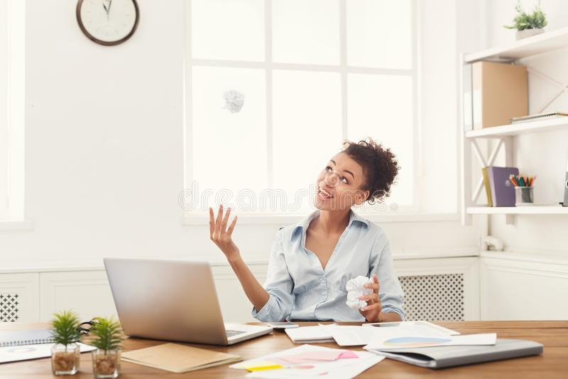 Vrolijke bedrijfsvrouw die over strategie denken royalty-vrije stock afbeelding