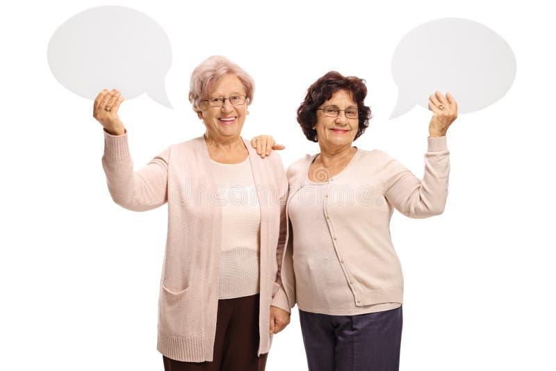 Vrolijke bejaarden met toespraakbellen stock afbeeldingen