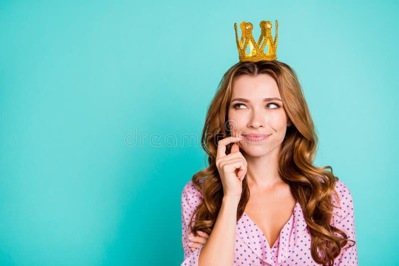 Vrolijke blije aardige mooie aantrekkelijke mooie dame met haar hai royalty-vrije stock fotografie