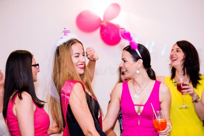 Vrolijke bruid en bruidsmeisjes die kippenpartij met dranken vieren royalty-vrije stock foto's