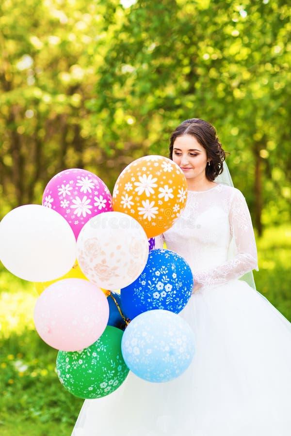 Vrolijke bruid met bos van ballons royalty-vrije stock afbeelding
