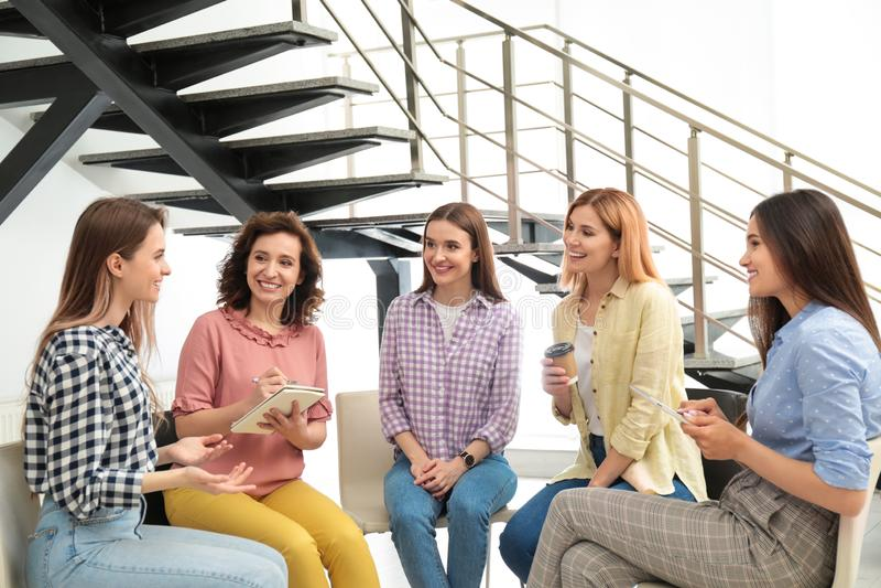 Vrolijke dames bij binnen het samenkomen Vrouwenmacht royalty-vrije stock foto's