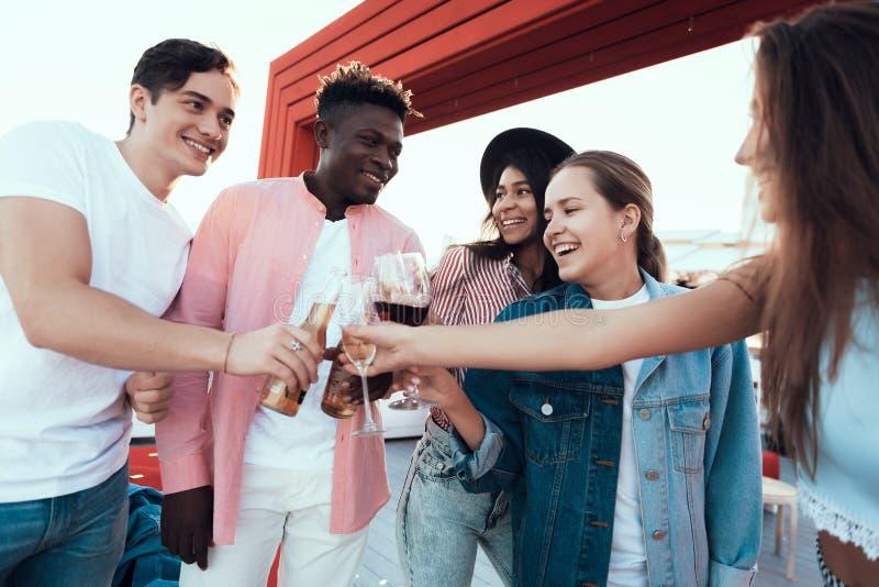 Vrolijke dames en mannetjes die alcohol proeven stock foto's