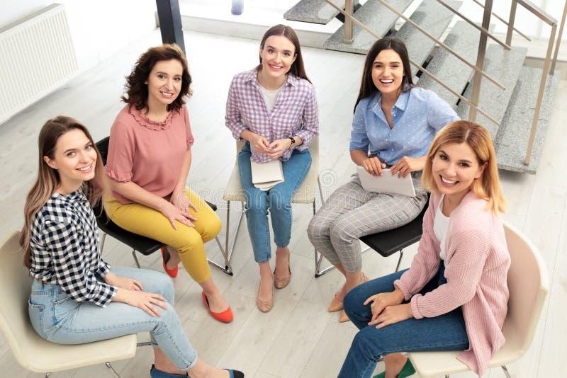 Vrolijke dames op binnen vergadering, mening van hierboven royalty-vrije stock foto