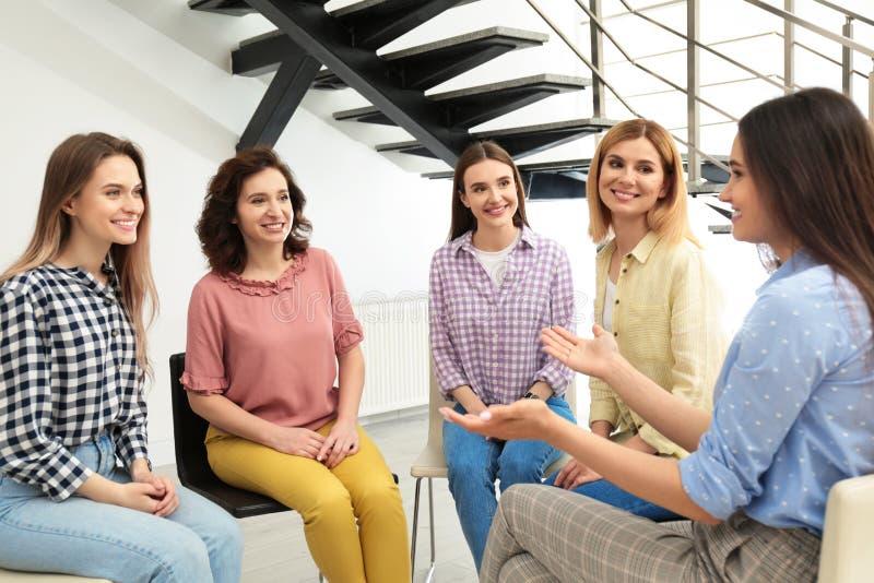 Vrolijke dames op vergadering het concept van de vrouwenmacht stock foto