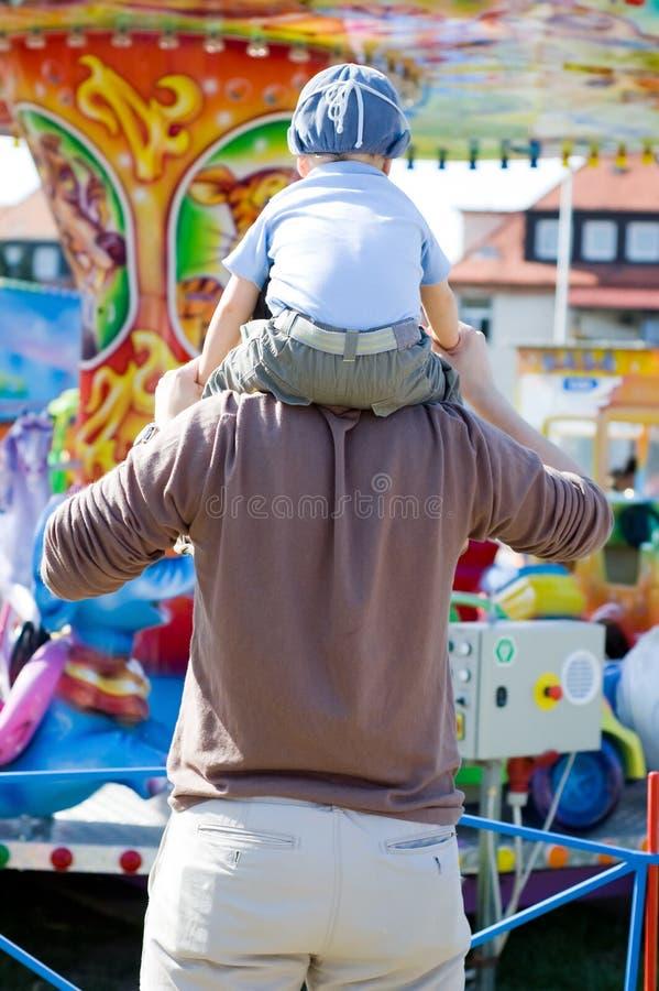 Vrolijke de pret van de vader en van de zoon gaat rond stock afbeeldingen
