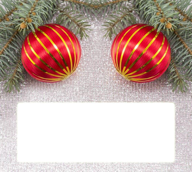 Vrolijke die Kerstkaart met Kerstmisornamenten en spar wordt verfraaid stock afbeeldingen