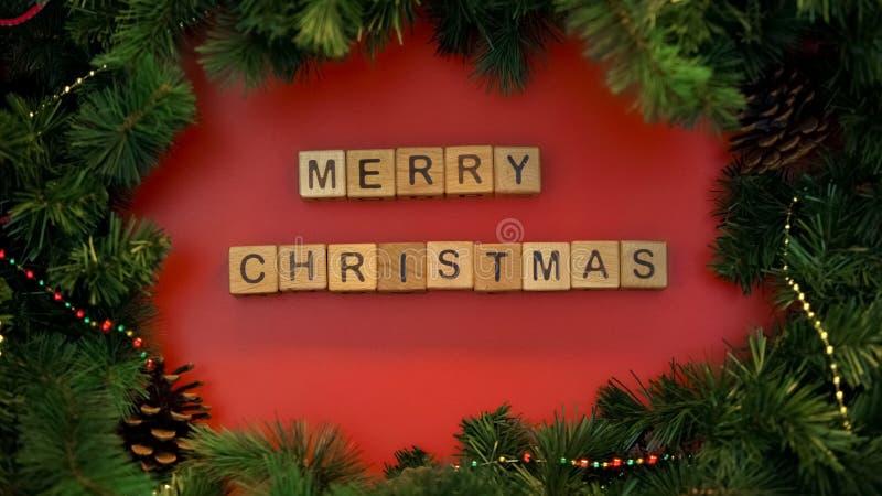 Vrolijke die Kerstmisuitdrukking van houten kubussen, feestelijke stemming, vakantievieringen wordt gemaakt royalty-vrije stock foto