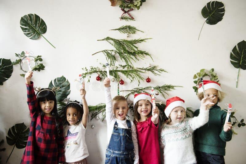 Vrolijke diverse jonge geitjes bij Kerstmis stock foto's