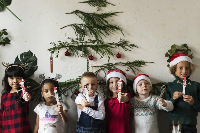Vrolijke diverse jonge geitjes bij Kerstmis stock foto