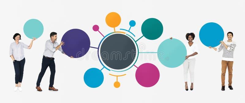Vrolijke diverse mensen met cirkel grafische informatie stock foto
