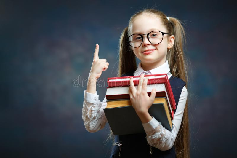 Vrolijke Elementaire het Boekbos van de Schoolmeisjegreep royalty-vrije stock foto's