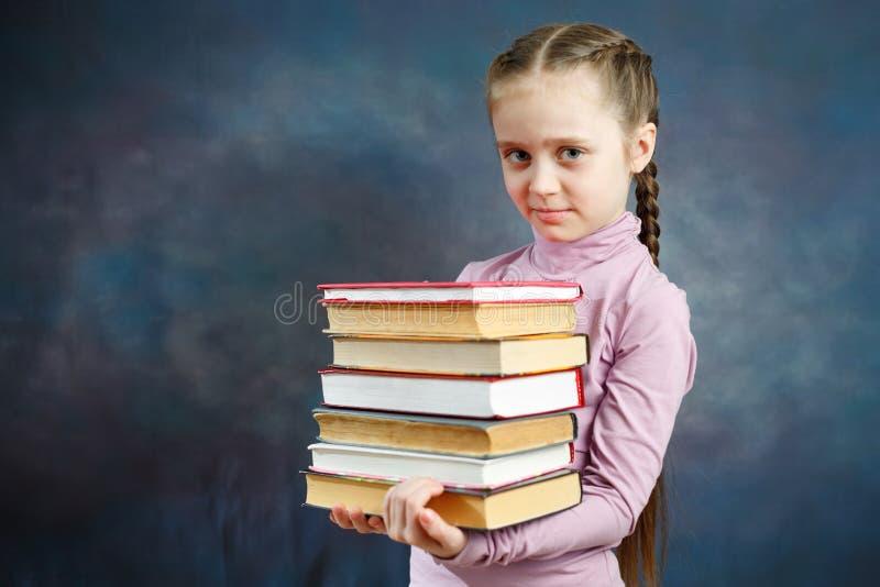 Vrolijke Elementaire het Boekbos van de Schoolmeisjegreep stock foto