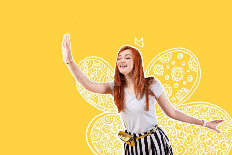 Vrolijke entertainer die een kostuum van een fee dragen en haar hand golven stock fotografie