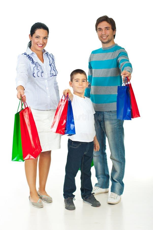 Vrolijke familie die het winkelen zakken geeft royalty-vrije stock foto's