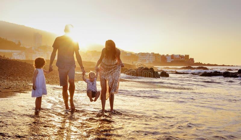 Vrolijke familie die pret op een strand hebben, de zomerportret royalty-vrije stock foto
