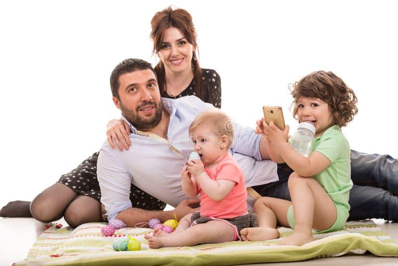 Vrolijke familie met paaseieren royalty-vrije stock fotografie