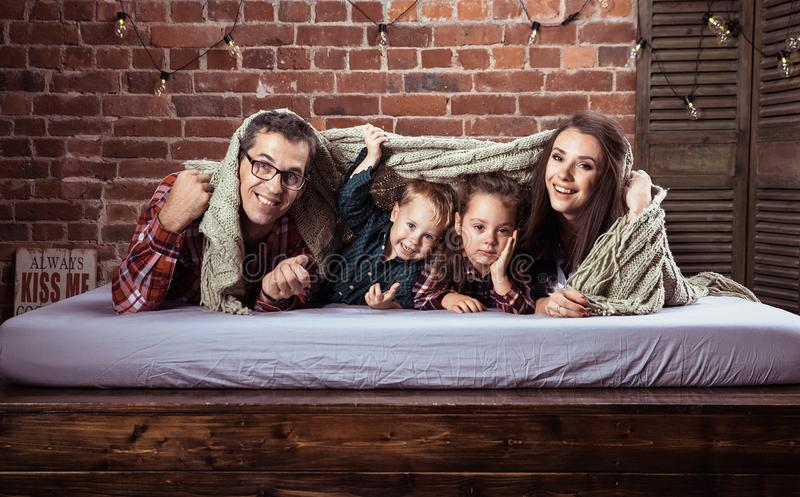 Vrolijke familie in modieuze binnenlands royalty-vrije stock foto