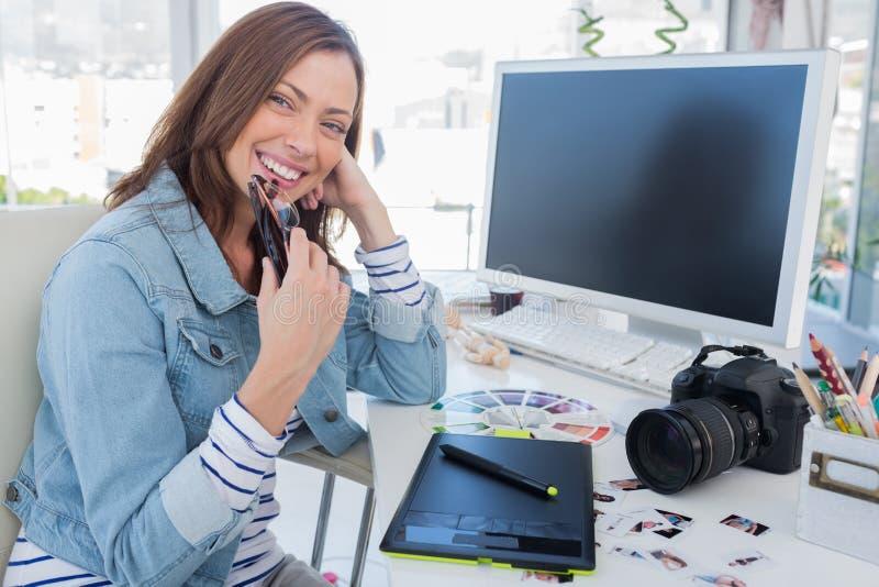 Vrolijke fotoredacteur met een grafische tablet royalty-vrije stock fotografie