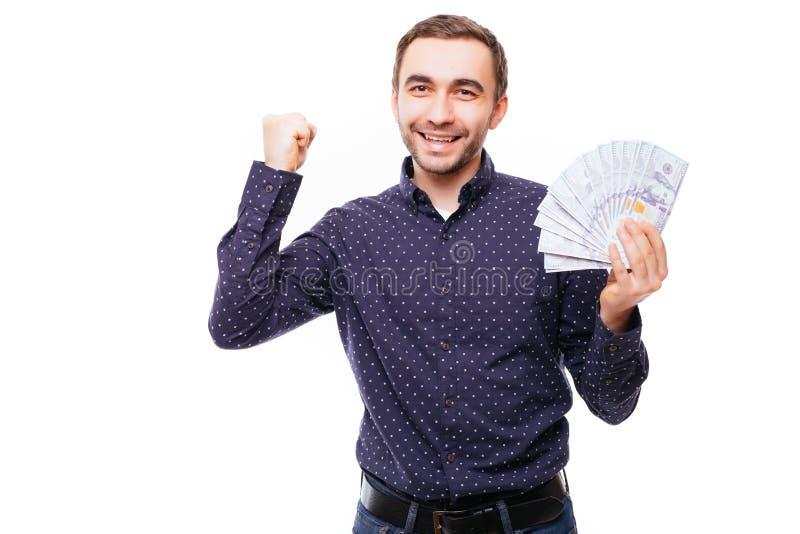 Vrolijke gebaarde mens in de rekeningen van de de holdingsdollar van het plaidoverhemd over witte achtergrond stock foto