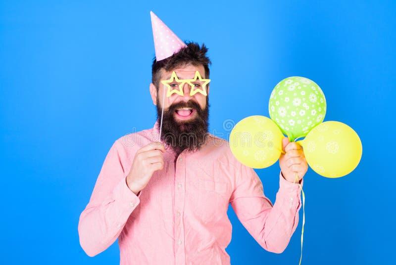 Vrolijke gebaarde mens die met grote glimlach verjaardag GLB dragen Gelukkige hipster met modieuze baard en snor in roze overhemd stock afbeelding