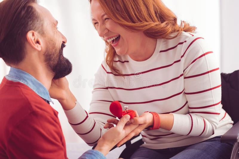 Vrolijke gehandicapte vrouw die een verlovingsring houden stock afbeeldingen