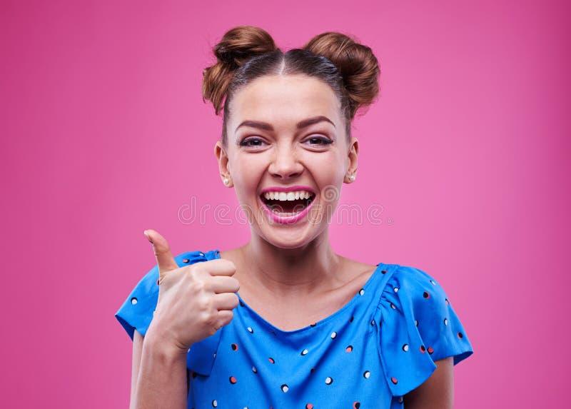 Vrolijke gelukkige en vrouw die ruim glimlachen o.k. gesturing stock foto's