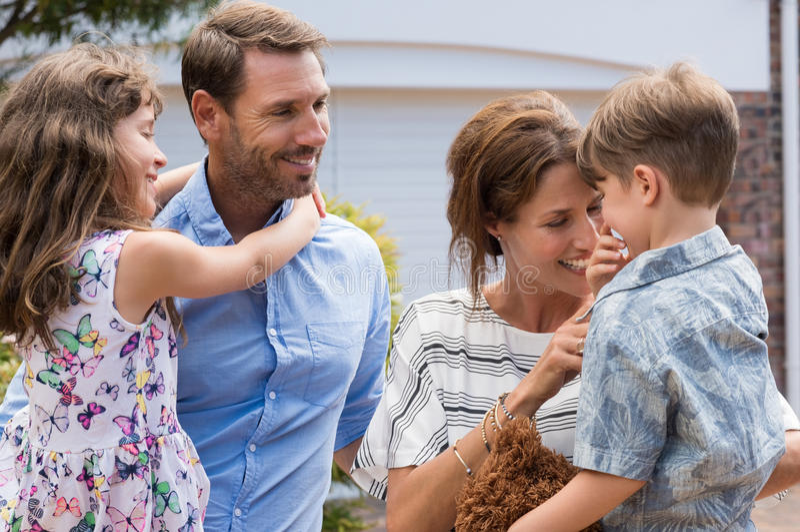 Vrolijke gelukkige familie royalty-vrije stock afbeeldingen