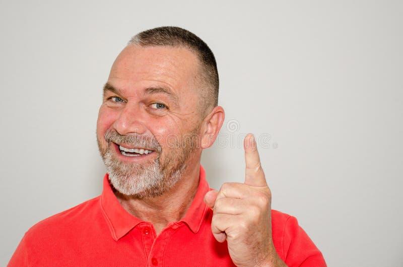 Vrolijke gelukkige mens met een richtende glimlach royalty-vrije stock afbeeldingen
