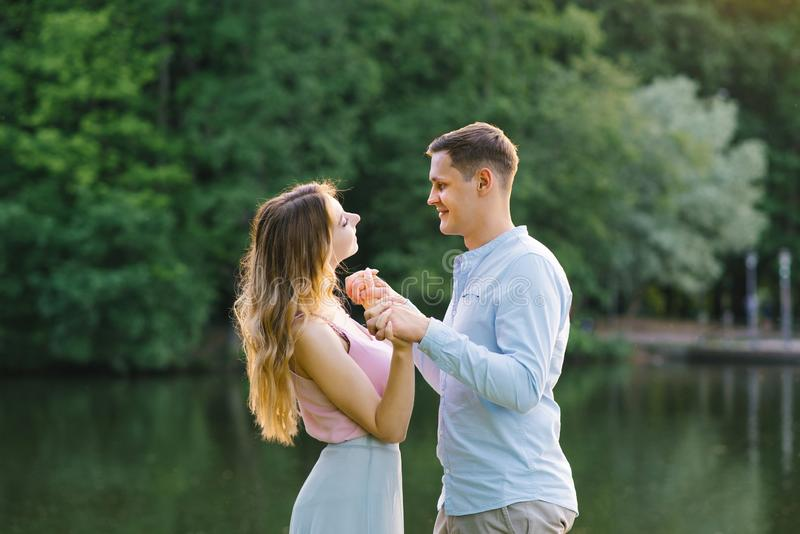 Vrolijke gelukkige onbezorgde gelukkig van de close-upfoto met stralend glimlachbrunette met aantrekkelijke vrouw met lang haar,  stock fotografie