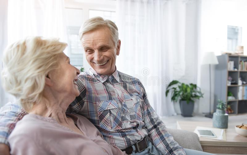 Vrolijke gepensioneerden die in greep zitten royalty-vrije stock fotografie