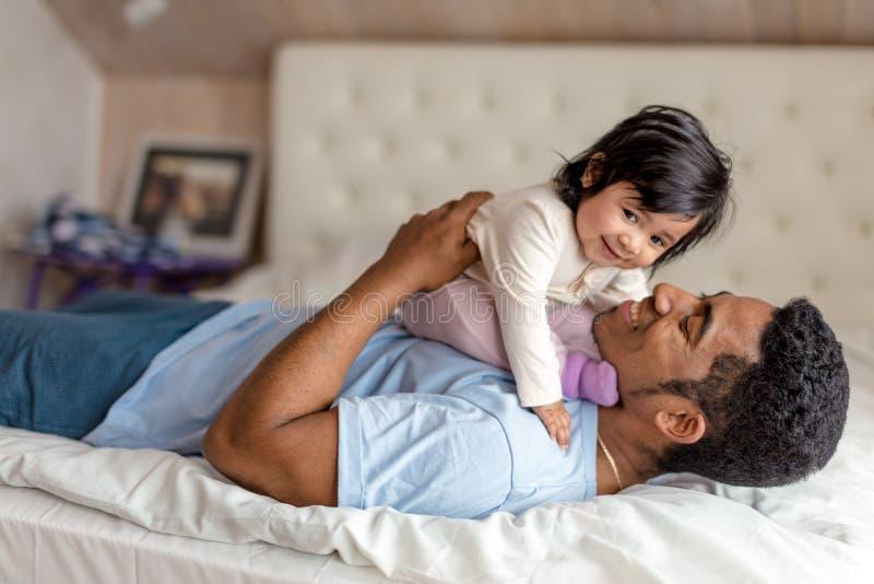 Vrolijke gevende papa die van tijd met een babymeisje genieten royalty-vrije stock foto