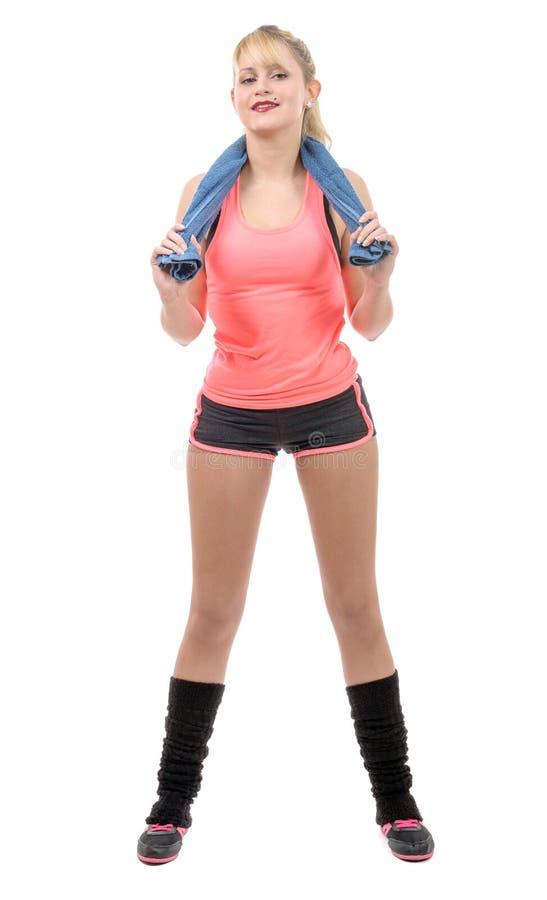 Vrolijke glimlachende jonge vrouw met handdoek na gymnastiekportret royalty-vrije stock fotografie
