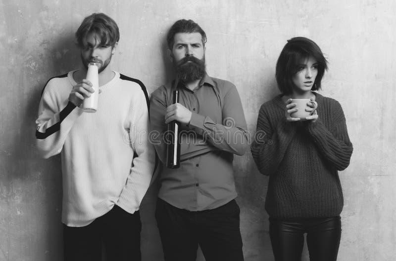 Vrolijke groep volwassenen die wijn, yoghurt en thee drinken stock foto