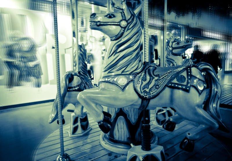 Vrolijke het Paard van de carrousel gaat rond stock foto's