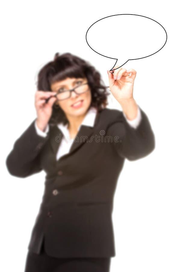 Vrolijke hogere bedrijfsvrouw die met pen op virtueel wit trekken royalty-vrije stock foto