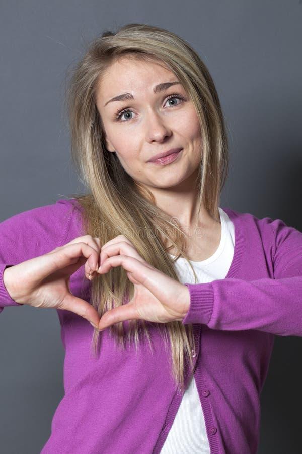 Vrolijke jaren '20vrouw die hartvorm met handen tonen stock afbeeldingen