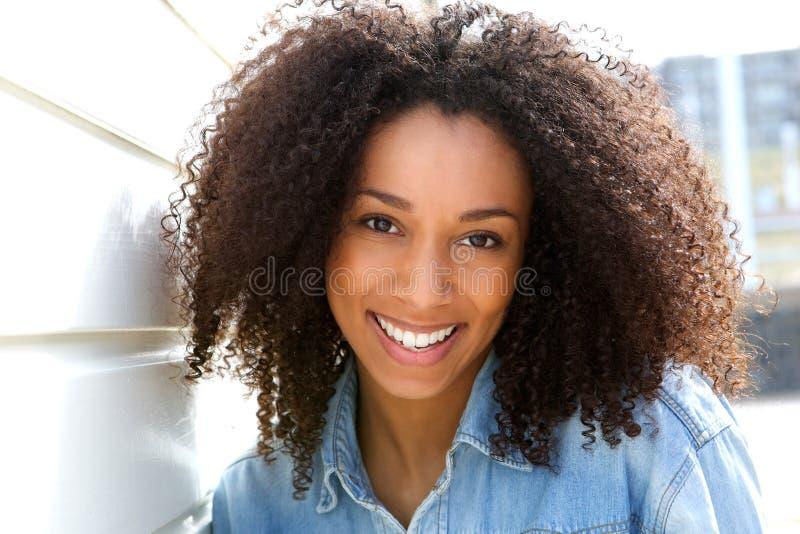 Vrolijke jonge Afrikaanse Amerikaanse vrouw royalty-vrije stock afbeelding