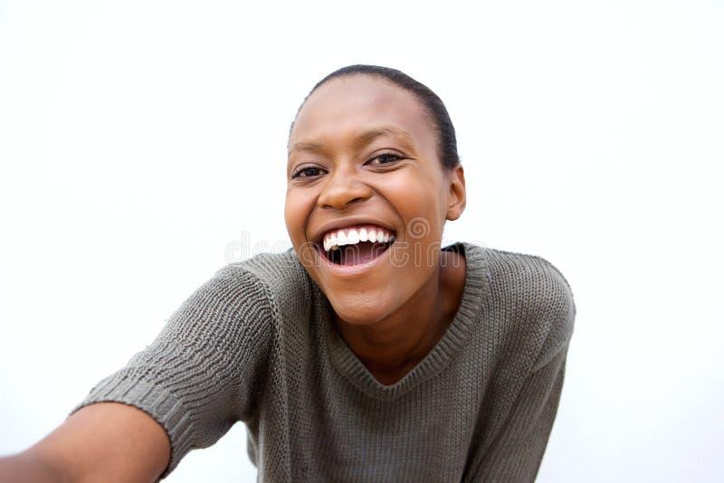 Vrolijke jonge Afrikaanse vrouw die een selfie spreken royalty-vrije stock afbeelding