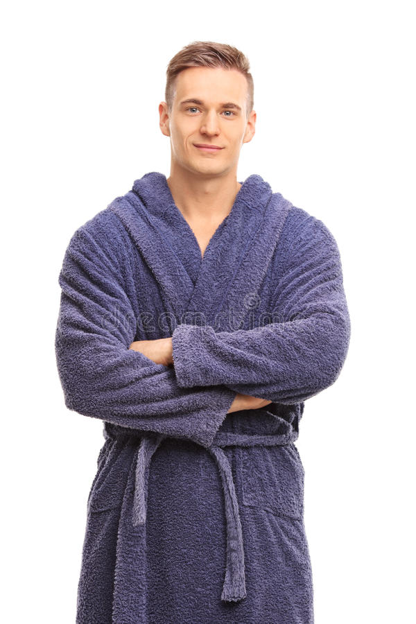 Vrolijke jonge mens in het blauwe badjas glimlachen royalty-vrije stock foto