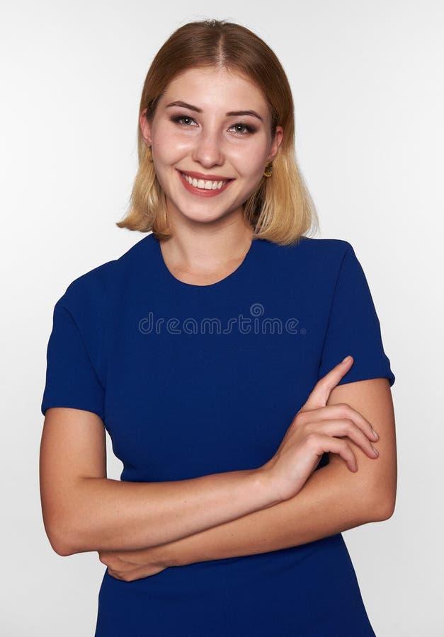 Vrolijke jonge mooie vrouw in blauwe kleding stock afbeelding