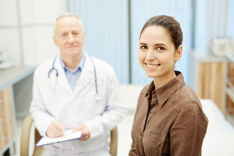 Vrolijke jonge patiënt die gezondheid behandelen stock fotografie