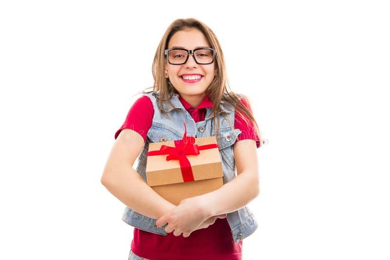 Vrolijke jonge vrouw die heden ontvangen stock foto