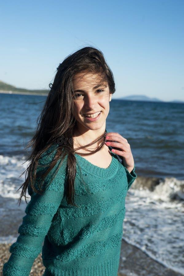 Vrolijke jonge vrouw die op het strand lopen royalty-vrije stock foto's