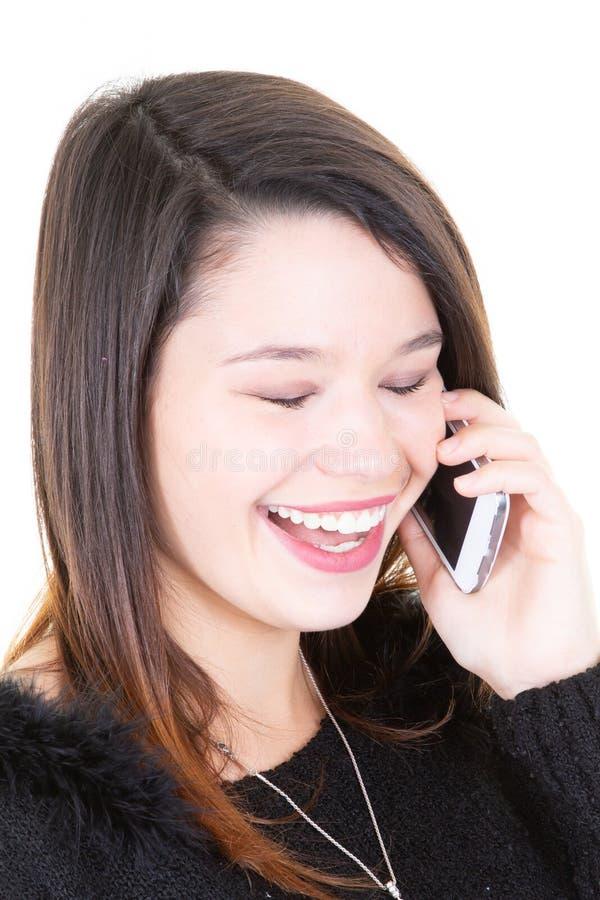 Vrolijke jonge vrouw die telefoon het glimlachen en geluk gebruiken royalty-vrije stock afbeelding